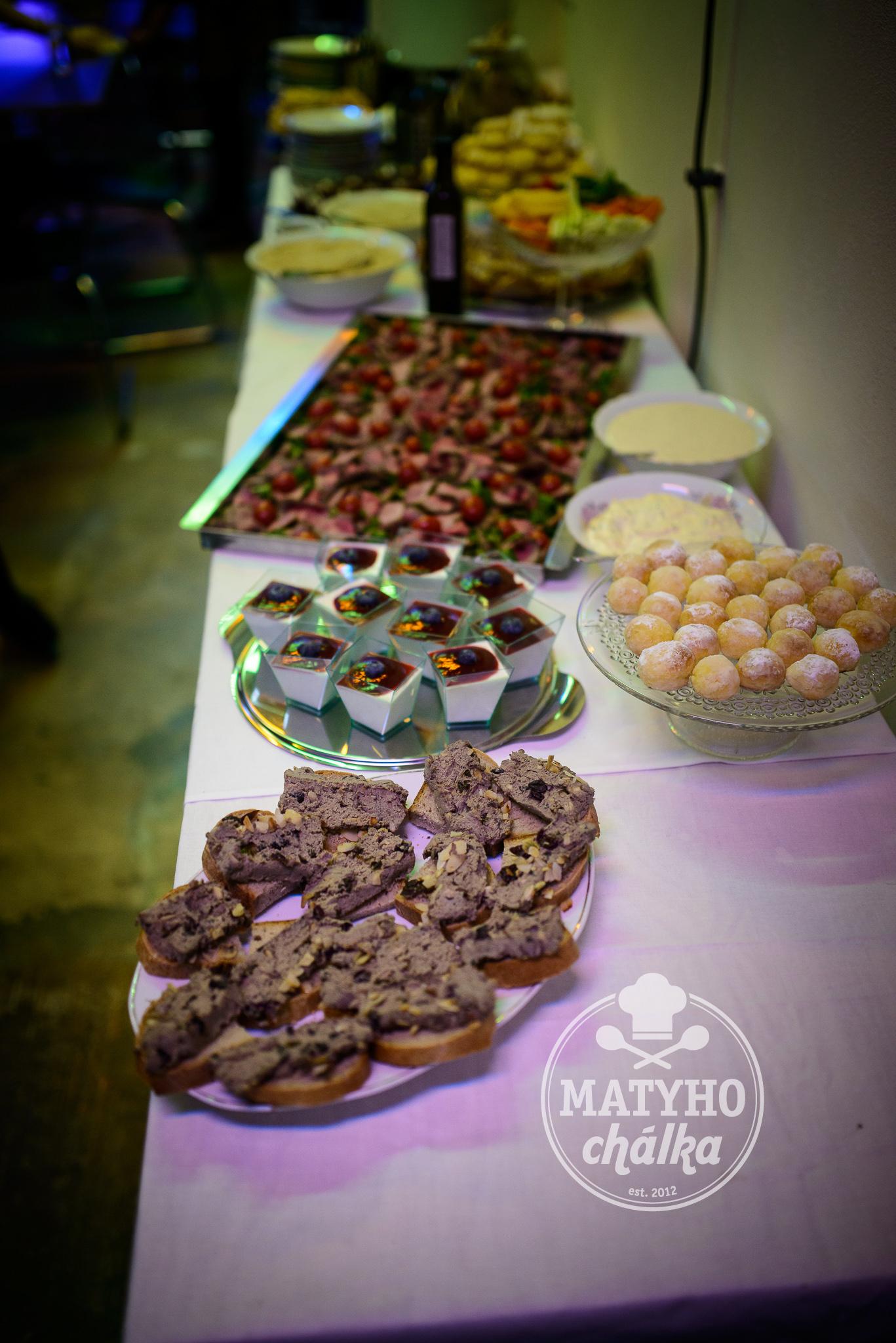 Paštika z husích jater, Panna Cotta, koláčky, dva druhy hummusu, roastbeef