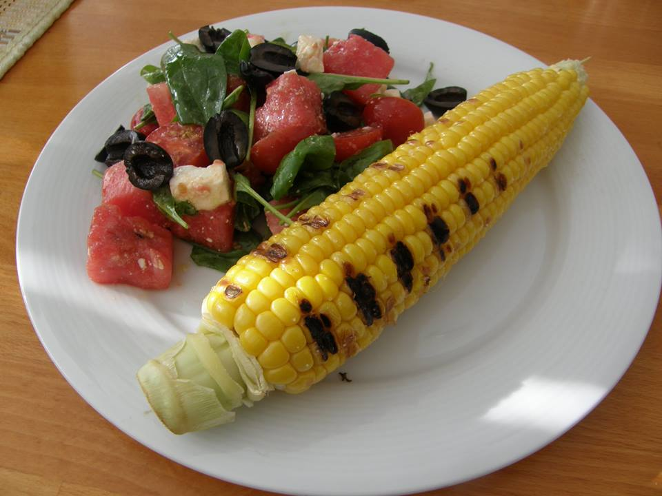 salát s melounem a grilovanou kukuřicí