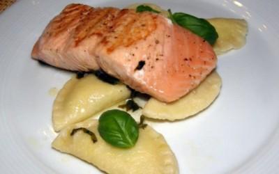 Grilovaný losos s raviolami plněnými ricottou