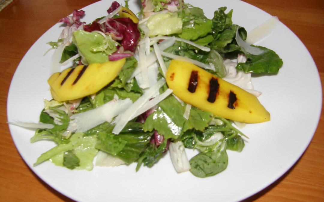 Salát s grilovaným mangem